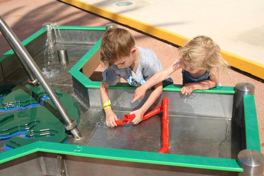 Dzieci przy eksperymentach z wodą w Esplora Centre